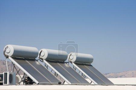 Foto de Tres paneles solares sobre el techo de una casa - Imagen libre de derechos