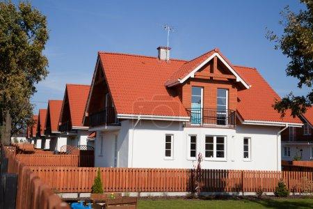 Photo pour Rangée de maisons individuelles identiques dans la couleur blanche - image libre de droit
