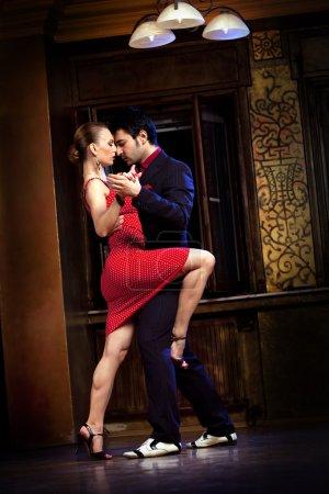 Photo pour Un homme et une femme dansant le tango. s'il vous plaît voir plus d'images de la même séance. - image libre de droit