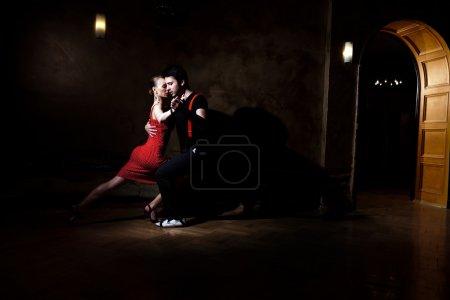 Photo pour Beaux danseurs exécutant un tango argentin. s'il vous plaît vérifier les images similaires de mon portefeuille. - image libre de droit