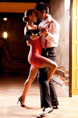Photo pour Un homme et une femme qui danse le tango argentin. se concentrer sur leurs mains. s'il vous plaît voir plus d'images de la même séance. - image libre de droit