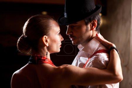 Photo pour Gros plan d'un homme et une femme qui danse le tango argentin. s'il vous plaît voir plus d'images de la même séance. - image libre de droit