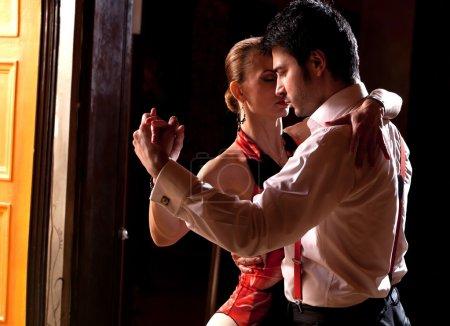 Photo pour Un homme et une femme qui danse le tango argentin. s'il vous plaît voir plus d'images de la même séance. - image libre de droit