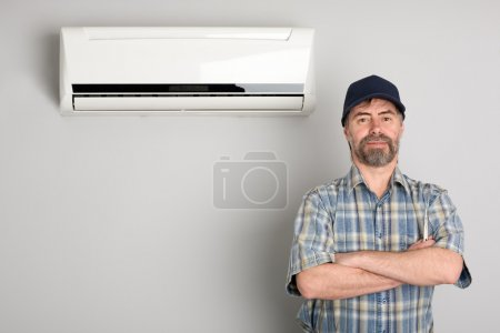 Photo pour Maître de la réparation des climatiseurs. - image libre de droit