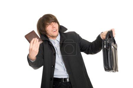 Photo pour Panique effrayé jeune homme donne les effets personnels du prétendu voleur . - image libre de droit