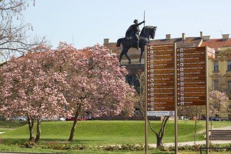 Foto de Rey tomislav Plaza en zagreb, dominada por un monumento al primer rey croata, obra del escultor robert franges mihanovic. es un gran encuentro y saltando de lugar para un recorrido a pie por los principales lugares de interés o coger el tranvía. - Imagen libre de derechos