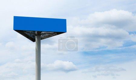 Photo pour Grand panneau publicitaire blanc contre les nuages et le ciel - image libre de droit