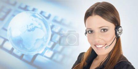 Photo pour Portrait de beau représentant du client avec casque . - image libre de droit