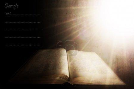 Photo pour Lumière sacrée sur le vieux livre ; fond texturé vintage avec espace pour le texte échantillon - image libre de droit