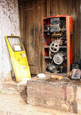 Foto de Bomba de gas desordenada abierta y con imagen de hdr (alto precio de la gasolina, no hay una necesidad gasolineras) mecanismo expuesto - Imagen libre de derechos
