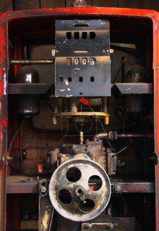 Foto de Bomba de gas desordenada abierta y con el mecanismo expuesto (el alto precio de la gasolina, nadie necesita gas estaciones) - Imagen libre de derechos