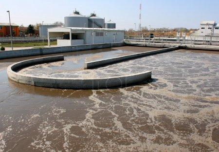 Foto de Planta de tratamiento de agua en día soleado reciclando agua contaminada - Imagen libre de derechos