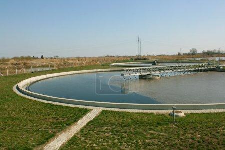 Photo pour Piscines de cercle pour le recyclage des eaux usées en station d'épuration - image libre de droit