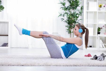 Photo pour Jeune fille faisant de l'exercice pour les abdominaux - image libre de droit