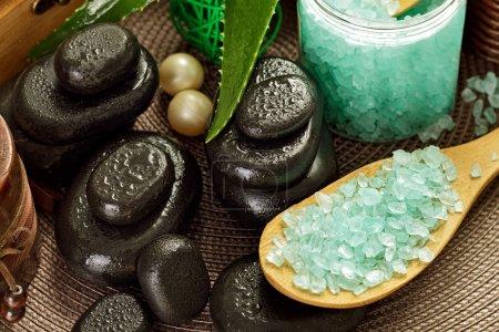Photo pour Les traitements de Spa, pierres minéraux et sel de mer, clos image - image libre de droit