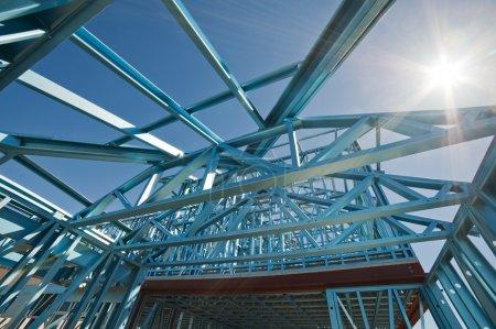 Photo pour Nouvelle construction résidentielle maison en métal encadrant contre un ciel bleu - image libre de droit