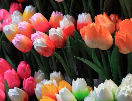 Photo pour Image de tulipes en bois colorées sur un stand de marché à Amsterdam . - image libre de droit