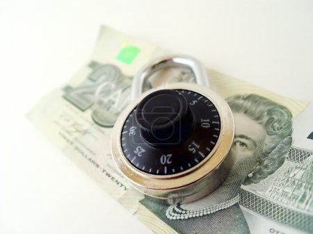 Photo pour Billet de 20 dollars avec cadenas sur le dessus - Argent canadien - image libre de droit