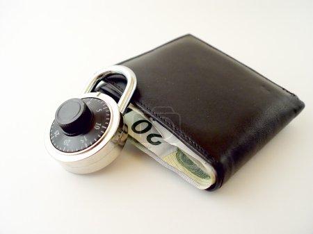 Photo pour Portefeuille avec de l'argent dedans et serrure sur le portefeuille argent canadien - image libre de droit