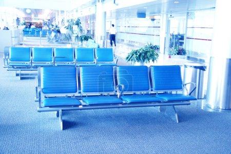 Photo pour À l'intérieur de l'aéroport - Aéroport assise en grand aéroport - image libre de droit