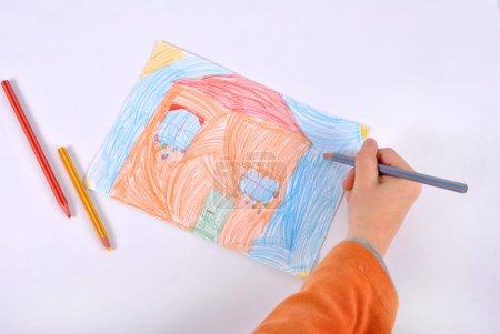 Photo pour Enfant dessine sa maison imaginaire - image libre de droit