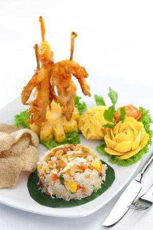 Photo pour Bouchent la vue de bon repas frais sur le dos blanc - image libre de droit
