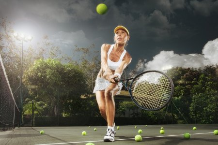 Photo pour Portrait de jeune belle femme jouant au tennis en milieu estival - image libre de droit
