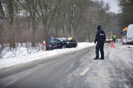 Photo pour Accident sur une route glacée. Écoles de conduite dans le fossé - policier dirige la circulation - image libre de droit