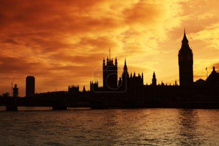 Photo pour La silhouette de westminster et les chambres du Parlement au coucher du soleil - image libre de droit
