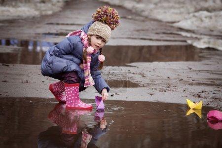 Foto de Niña jugando en los charcos - Imagen libre de derechos