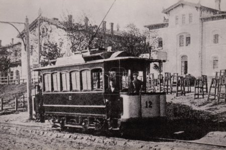 Photo pour Voiture à plate-forme ouverte sur un chariot à quatre roues (1897). Des voitures de ce type ont été exploitées à Elizabethgrad, Zhytomyr et dans d'autres villes du sud. L'image sur la carte postale début du XXe siècle - image libre de droit
