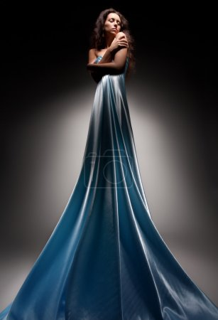 Photo pour Jeune femme caucasienne posant dans une longue robe bleue, plan studio - image libre de droit