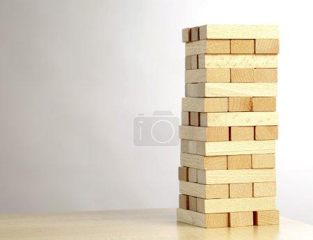 Photo pour Très beau jouet : une tour faite par bloc de bois - image libre de droit