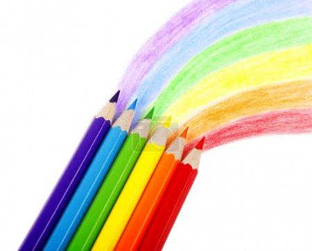 Photo pour Crayons de couleur et un arc-en-ciel - image libre de droit