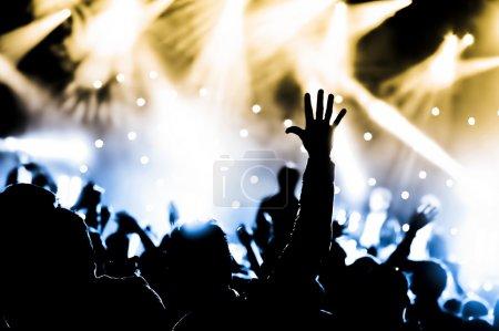 Photo pour Foule acclamant avec mains levées lors d'un concert de musique live - image libre de droit