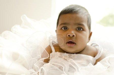 Photo pour Petite fille reposant sur le bras du siège du canapé, peu profonde dof, se concentrer sur les yeux - image libre de droit