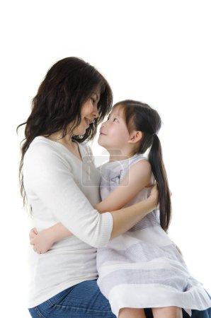 Photo pour Mère et fille assis sur les genoux, parfait pour la fête des mères - image libre de droit