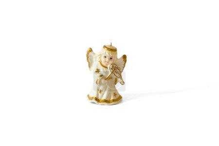 Photo pour Statue en plastique ange d'or ange violon isolé sur fond blanc. - image libre de droit