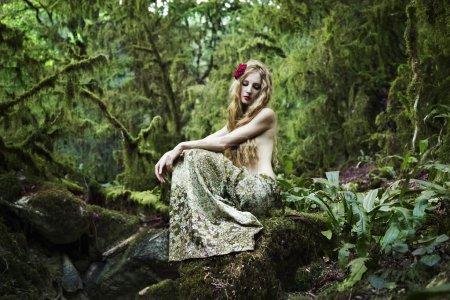 Photo pour Portrait de femme romantique dans la forêt de fées - image libre de droit