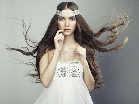 Photo pour Portrait de jeune belle femme aux cheveux longs et fluides. Photo de mode - image libre de droit