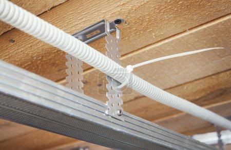 Photo pour Le câblage électrique est posé dans un plafond suspendu - image libre de droit