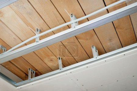 Photo pour Nouveau câblage électrique installé au plafond - image libre de droit