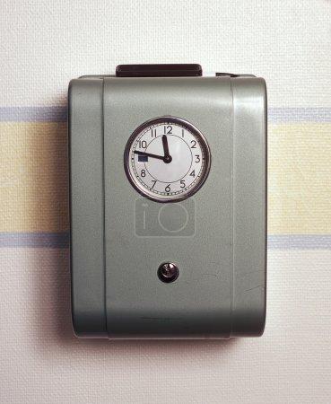 Photo pour Horloge de temps rétro sur le mur - image libre de droit