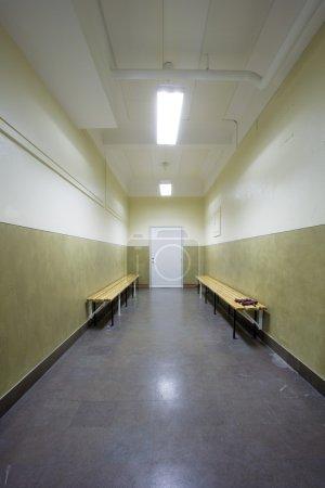 Photo pour Couloir vide dans un bâtiment de l'école - image libre de droit