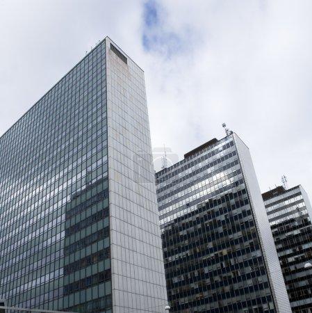 Photo pour Gratte-ciels de vue à angle bas - image libre de droit
