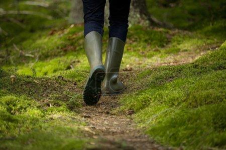 Photo pour Bottes dans la forêt par derrière - image libre de droit