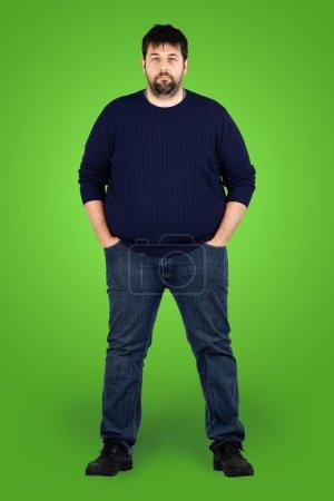 Photo pour Plan corporel complet d'un grand gars regardant la caméra, véritable homme blanc barbu d'âge moyen ordinaire avec un problème de poids devant l'écran vert, peut être acteur ou extra . - image libre de droit