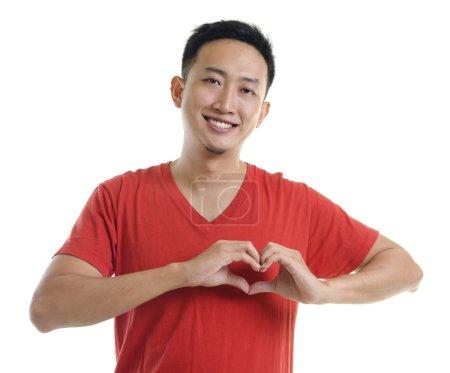 Foto de Jóvenes asiáticos formando una forma de corazón sobre fondo blanco - Imagen libre de derechos