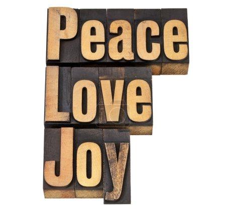 Photo pour Paix, amour et joie - mots isolés en bois de typographie vintage - image libre de droit