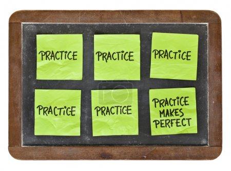 Photo pour La pratique rend le concept parfait - notes collantes vertes avec écriture noire sur un tableau noir d'ardoise vintage - image libre de droit
